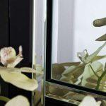 Eleganckie, prostokątne lustro w klasycznej ramie, wykonanej z czarnego szkła. Lustro pasuje do salonu w stylu nowoczesnym i glamour.