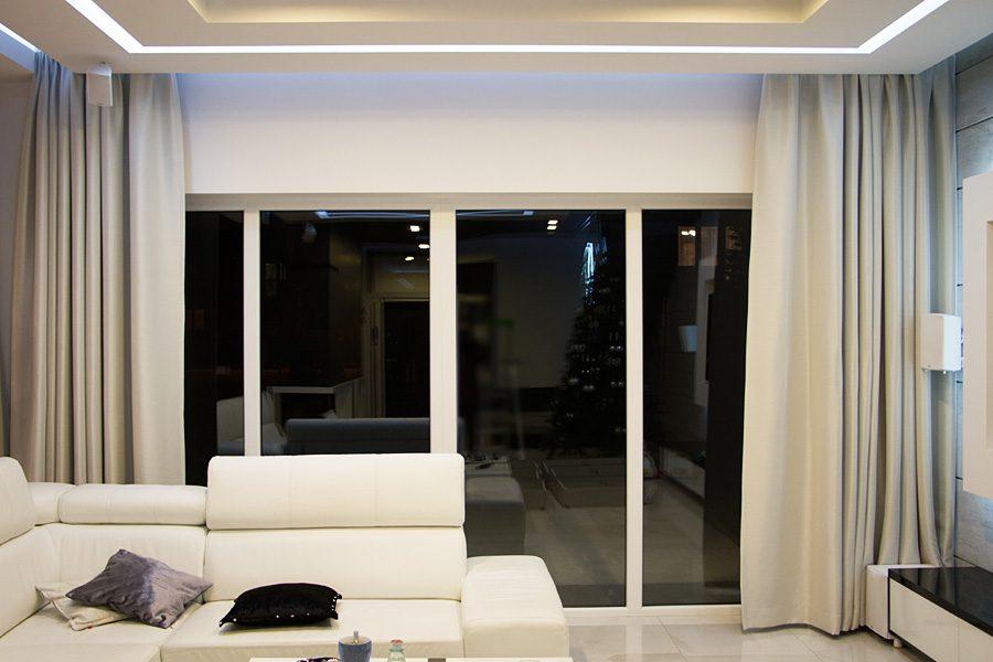 Zasłony zaciemniające w salonie z dimoutu uszyte na flexach