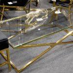 Stolik kawowy X pasuje do salonu w stylu nowojorskim i glamour.Złoty stelaż wykonany z polerowanej stali nierdzewnej; blat szklany, transparentny.