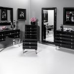 Lustro w czarnej ramie Matteo do salonu, sypialni i przedpokoju. Prostokątne lustro w lustrzanej ramie można zastosować jako lustro dekoracyjne.