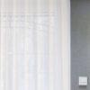 Zasłony w salonie taśma Wave i karnisz Modern mieszkanie Białystok. Tkanina firanowa Clark, marszczenie 200% gwarantuje idealną falę. Nowoczesny karnisz ścienny z szyną na suwaki.