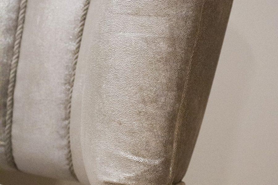 Renowacja fotela tapicerowanego z lat 60' realizacja Białystok z beżową tkaniną ze srebrnym połyskiem