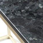 Czarna konsola Granite wykonana z kamienia i metalu. Konsola przyścienna do przedpokoju i salonu w stylu nowoczesnym i modern classic.