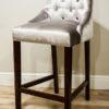 Hoker stołek barowy tapicerowany styl nowojorski Lady Chesterfield. Tapicerowany połyskującym aksamitem Onyx. Pikowane oparcie oraz kołatka i taśma pineskowa na plecach.