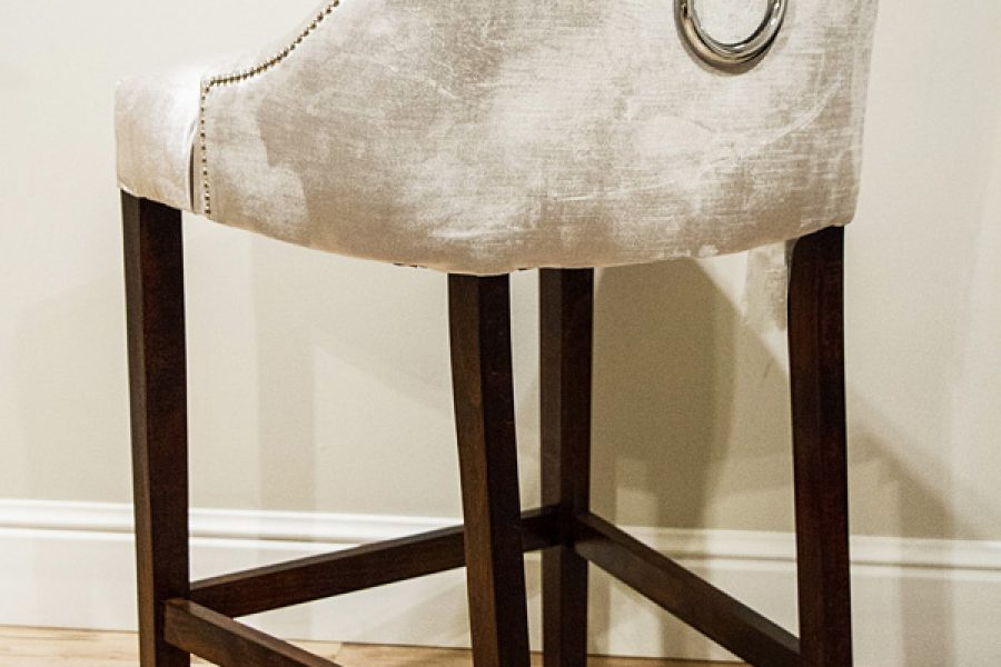 Hoker stołek barowy tapicerowany styl nowojorski Lady Chesterfield. Tapicerowany połyskującym aksamitem Onyx.