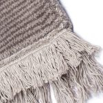 Dywan z wiskozy ręcznie tkany z frędzlami Horizon Gray. Ekskluzywna kolekcja, stworzona z naturalnych materiałów takich jak wiskoza, wełna i bawełna.
