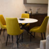 Krzesła tapicerowane do jadalni Massimo apartament Białystok. Krzesło o klasycznym kształcie tapicerowane na zamówienie w wybranej przez klienta tkaninie Queen Velvet, przyjemnym w dotyku welurze w przytulnym musztardowym kolorze. Projekt architekt Tomasz Czajkowski.