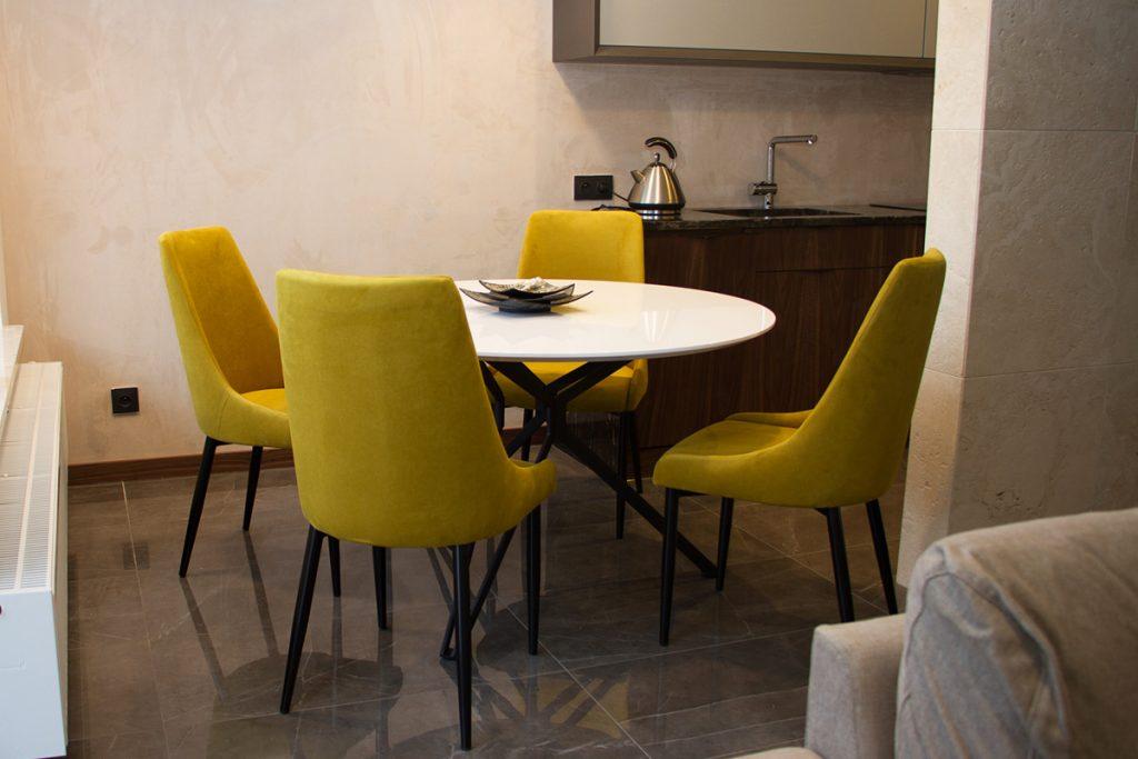 Jaki model krzeseł wybrać do jadalni. Krzesła tapicerowane w stylu modern classic.