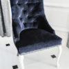 Krzesło tapicerowane styl glamour Lady Chesterfield nogi w stylu ludwik realizacja dom Warszawa. Tapicerowane połyskującą tkaniną aksamitną Fancy z pikowanymi plecami. Tył krzesła zdobi kołatka i pineski tapicerskie w kolorze srebrnym.