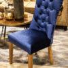 Krzesło tapicerowane styl hamptons Harry w aksamitnej, połyskującej tkaninie Onyx. Oparcie tapicerowane w stylu Chesterfield, pikowane z guzikami.