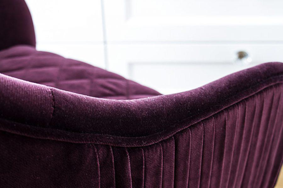 Krzesło tapicerowane styl glamour Dior apartament Warszawa. Na boczkach dekoracyjne zakładki, siedzisko pikowane w karo.