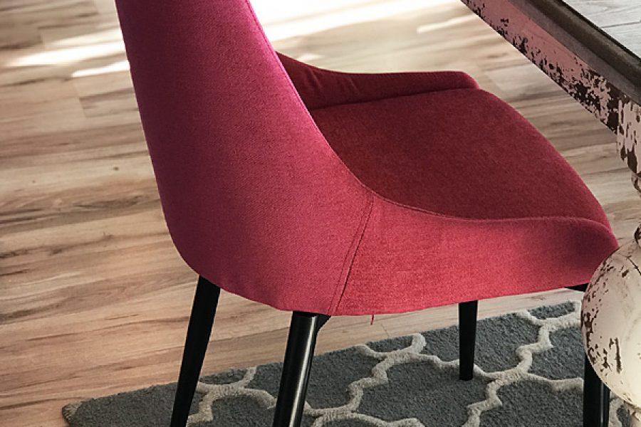 Krzesło tapicerowane nowoczesne Massimo mieszkanie Białystok w tkaninie obiciowej Cameleon kolorze malinowym z czarnymi nogami