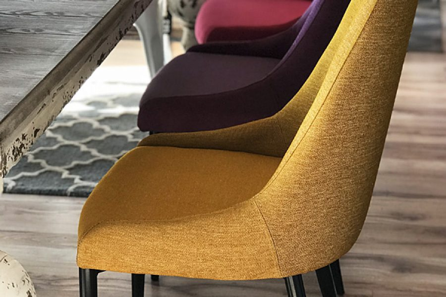 Krzesło tapicerowane nowoczesne Massimo mieszkanie Białystok. Tkanina obiciowa Cameleon o splocie naturalnej plecionki z właściwościami łatwoczyszczącymi.