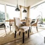 Krzesło beżowe River. Nowoczesne krzesła tapicerowane do jadalni są dostępne na zamówienie w showroomie Pasadena home & deco.