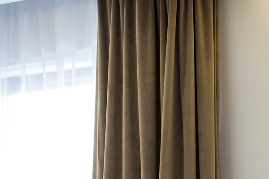 Listwa oświetleniowa i listwa karniszowa apartament Warszawa. Szyna sufitowa Forest KS podwójna ukryta za dekoracyjnymi listwami przysufitowymi. Zasłony welurowe białe z tkaniny Art Velvet z podszewką oraz biała firanka z woalu Kate w sypialni. Projekt architekt Gabriela Moraljan.