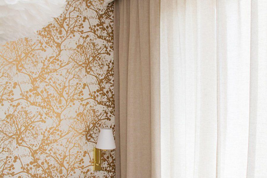 Zasłony w sypialni z lnianej tkaniny Seila mieszkanie Białystok. Naturalna plecionka pełni w sypialni funkcję zasłono - firany. Gęsty splot jest częściową barierą dla promieni słonecznych i maskuję wnętrze sypialni od wścibskich sąsiadów.