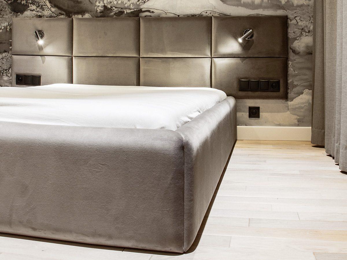 Łóżko tapicerowane nowoczesne Spring w welurowej tkaninie Queen Velvet. Zagłówek składa się z 8 pojedynczych paneli i pianki o grubości 3 cm.
