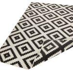 Dwustronny dywan ogrodowy Square czarny o wymiarach 160x230 cm.Dywan do ogrodu i na taras będzie doskonałym uzupełnieniem letnich aranżacji ogrodowych.