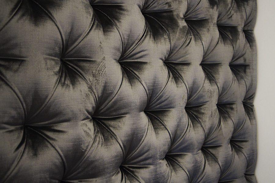 Panel tapicerowany i siedzisko w przedpokoju apartament Warszawa.