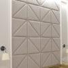 Panele tapicerowane w jodełkę dom Białystok. Tapicerowane tkaniną obiciową Falcon. Jodełkę tworzą mniejsze panele, połączone tworzą wzór z głębokim przeszyciem.
