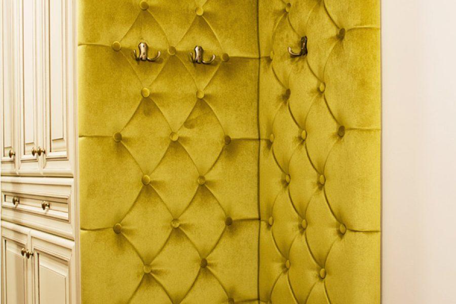 Panele tapicerowane w przedpokoju aksamit George 501 - model 6. Miękka pianka 4 cm. Na panelach zostały zamontowane wieszaki na ubrania.