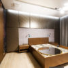 Panele tapicerowane w sypialni z eko-skóry Luxury 03 w kolorze brązowym. Na panelach wykorzystana została pianka o grubości 3 cm.