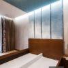 Panele tapicerowane ze srebrnymi listwami z połyskującego aksamitu Onyx 602. Panele w kolorze błękitnym z pianką o grubości 3 cm.