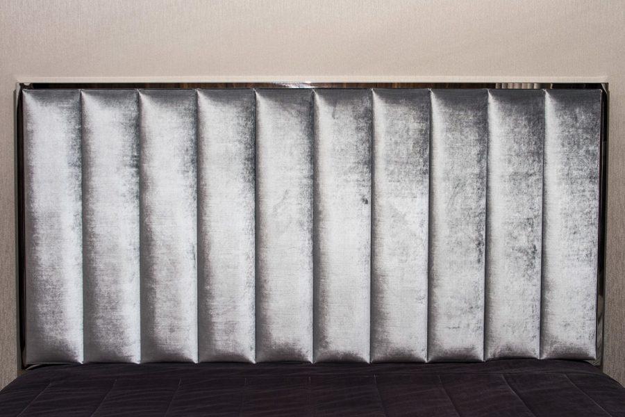 Panele tapicerowane z ramą ze stali nierdzewnej - model 7. Tkanina obiciowa połyskujący aksamit Onyx 801. Realizacja apartament Białystok. Projekt Tomasz Czajkowski.
