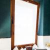 Plisy okienne na wymiar białe lekko transparentne w łazience. Montowane w ramie okna bezpośrednio przy szybie. Materiał prześwitujący A9511.