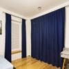 Plisy i zasłony w pokoju dziecka. Granatowe zasłony z welurowej tkaniny Deserto 31 uszyte na flexach. Plisy z przeziernej tkaniny C1701.