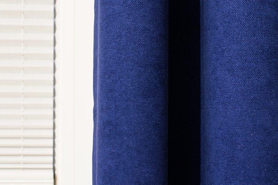 Granatowe zasłony z welurowej tkaniny Deserto 31. Plisy z przeziernej tkaniny C1701.