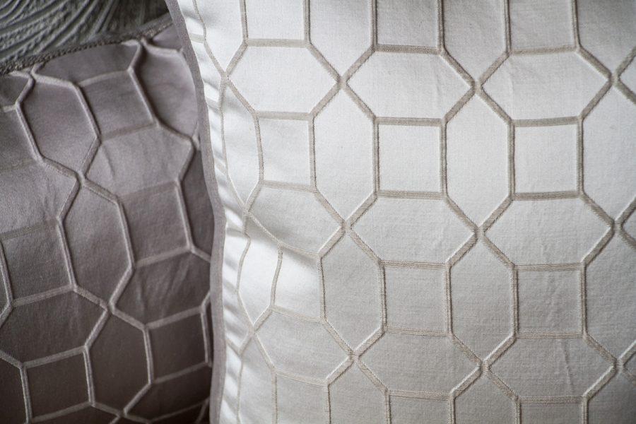 Poduszki dekoracyjne z tkanin Amapole Bari w różnych wzorach i kolorach szyte na zamówienie. Szare poduszki dekoracyjne o różnych strukturach.
