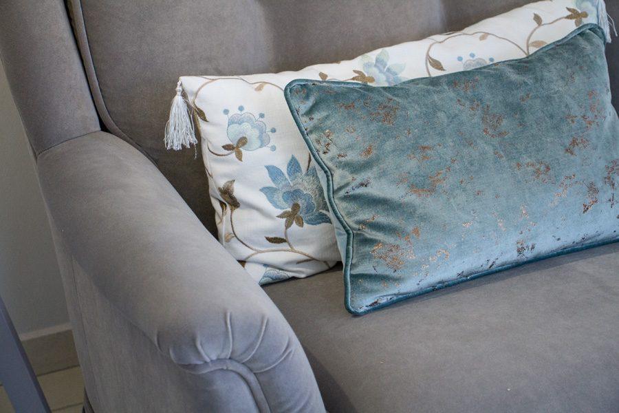 Sofa tapicerowana w tkaninie obiciowej Glam Velvet, grubym i łatwoczyszczącym askamicie z poduszkami dekoracyjnymi