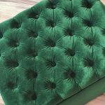 Pufa tapicerowana otwierana z pikowanym siedziskiem z guzikami i zakładkami