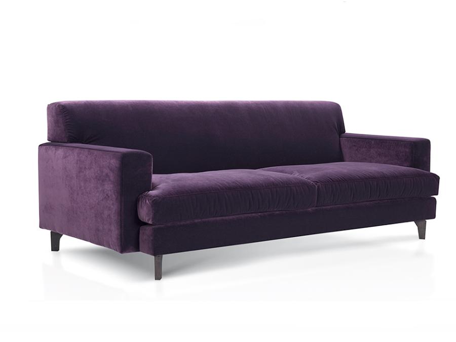 Dwuosobowa sofa tapicerowana welurową tkaniną.