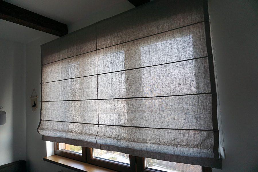 Roleta rzymska model 4 z łączeniem pionowy tkaniny, z naturalnego materiału - lnu. Wąska tkanina z wzorem wymuszą na szerokiej rolecie łączenie pionowe.