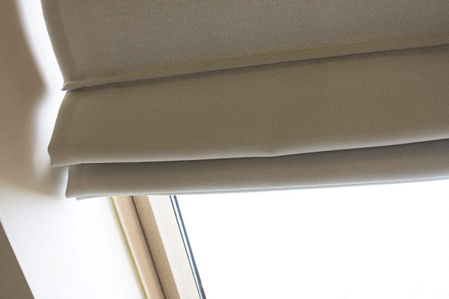 Roleta rzymska na oknie dachowym mieszkanie Białystok. Tkanina zaciemniająca Mami Mix