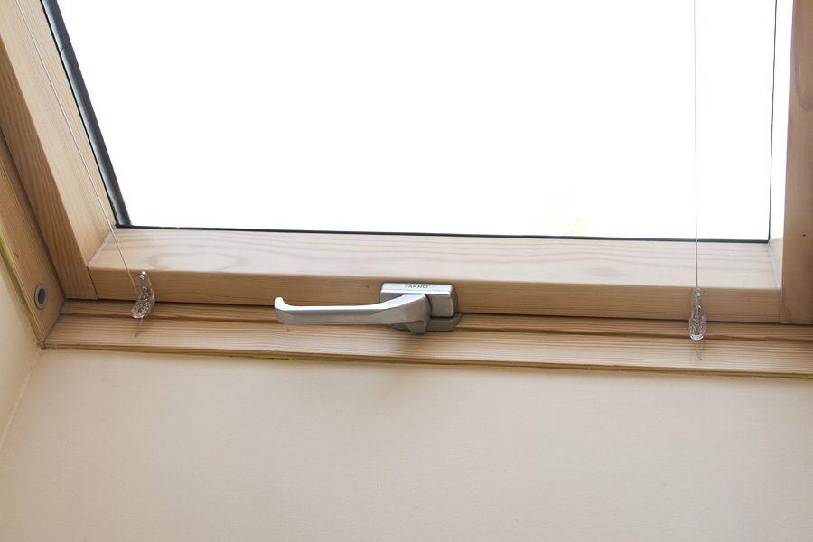 Roleta rzymska na oknie dachowym mieszkanie Białystok. Mocowana na ramie okiennej