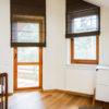 Rolety na skośne okna - system rolet rzymskich w sypialni. Tkanina o naturalnym, lnianym splocie Tribeca Soho 05 w kolorze brązowym.