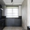 Roleta rzymska do kuchni na wymiar z tkaniny o wełnianej strukturze Mariposa 05 w kolorze beżu. Montaż rolety do sufitu.