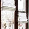 Roleta rzymska Softline montowana we wnęce okiennej. Rolety rzymskie na oknie w salonie z tkaniny Harper 8812 i dekoracyjną pasmanteria. Projekt ENDECORATION Edyta Niewińska.