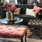 Sofa dwuosobowa pikowana kanapa Kris II tapicerowana aksamitem. Szara kanapa pasuje do salonu w stylu glamour i nowojorskim.