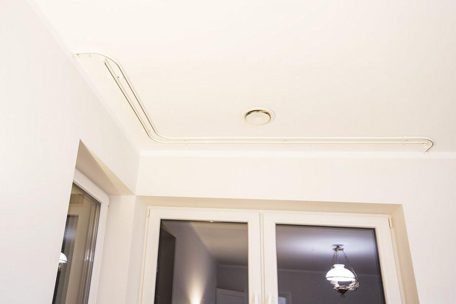 Karnisze sufitowe gięte Forest KS dwa tory w kolorze białym. Estetyczne szyny sufitowe przeznaczone do firan i zasłon na flexach i taśmach marszczących. Karnisze możemy giąć punktowo i połuk dopasowując je do ścian.