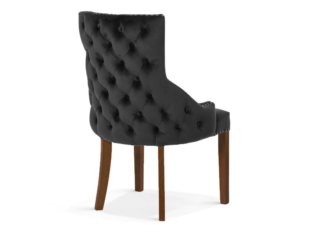 Krzesło w stylu glamour Palace Velvet z nogami w kolorze orzecha. Welurowa tkanina, oparcie pikowane a'la chesterfield, ozdobne srebrne pinezki.