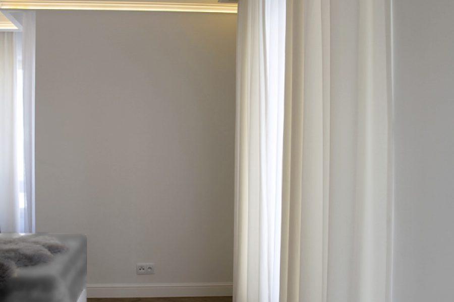 Listwa oświetleniowa i listwa karniszowa apartament Warszawa. Szyna sufitowa Forest KS podwójna ukryta za dekoracyjnymi listwami przysufitowymi.