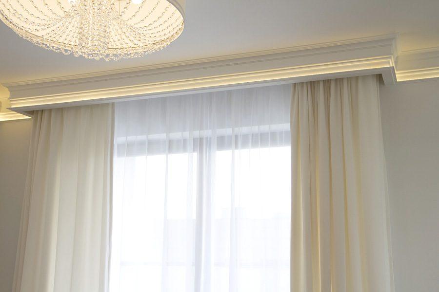 Listwa oświetleniowa i listwa karniszowa apartament Warszawa. Zasłony welurowe białe z tkaniny Art Velvet z podszewką oraz biała firanka z woalu Kate w sypialni.