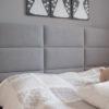 Wezgłowie tapicerowane mieszkanie Białystok. Lniana tkanina obiciowa Lena, maskuje oryginalny, niewygodny, drewniany zagłówek łóżka. Montaż bezpośrednio do ściany, bez ingerencji w istniejące łóżko z możliwością zdjęcia, wymiany tapicerki lub stelażu łóżka.