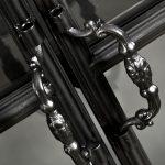 Witryna metalowa ze szkłem to idealny dodatek do wnętrz w stylu industrialnym i loft. Szeroka szafa w kolorze głębokiej czerni, celowo postarzana.