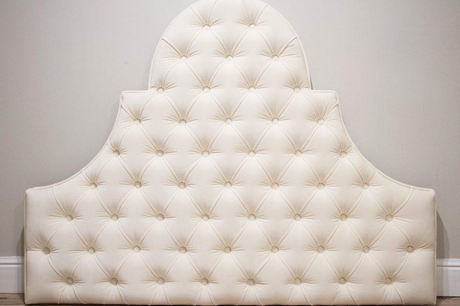 Zagłówek tapicerowany falisty pikowany w karo z guzikami w stylu nowojorskim - model 8. Subtelnie połyskująca tkanina aksamit Glam Velvet w kolorze ecru nr 02.