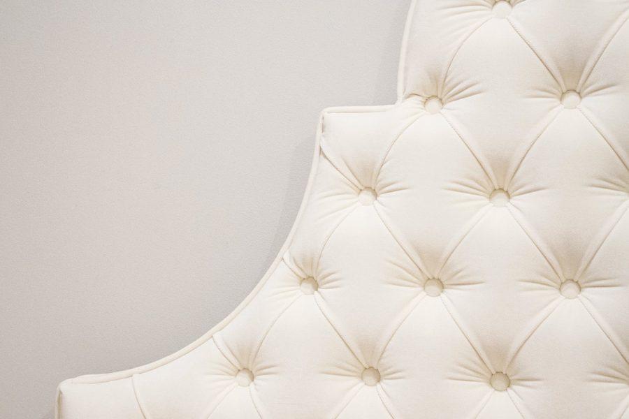 Zagłówek tapicerowany falisty pikowany w karo z guzikami w stylu nowojorskim. Subtelnie połyskująca tkanina aksamit Glam Velvet w kolorze ecru nr 02. Wykończony dekoracyjną lamówką.